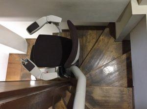日本家屋の狭い階段に取付けた例