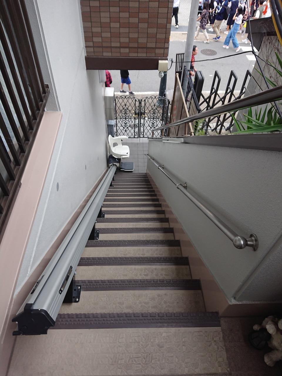 2階玄関への長い外階段