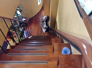 階段の壁際にある飾り棚の上を走らせることで、階段も広く残すことができました。